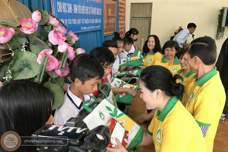 Trao 32 suất học bổng cho học sinh nghèo hiếu học tại xã Tân Nhựt